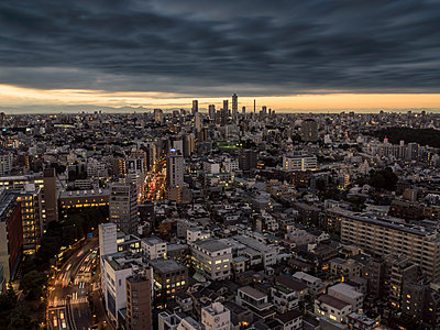 Dramatic sky over Tokyo cityscape before sunset, Tokyo, Japan - p307m1221528 by Francesco Libassi