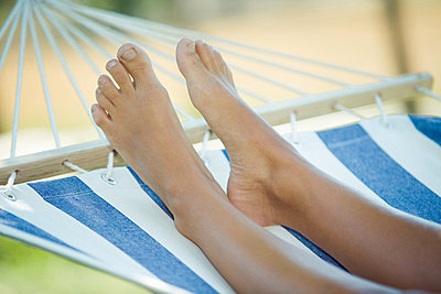 Feet in hammock - p4263092f by Martin Botvidsson