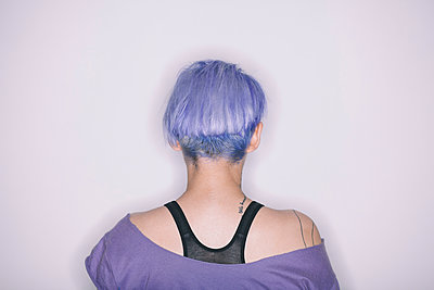 Rear view of woman with purple hair and t-shirt - p429m1224049 by Celeste Martearena