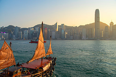Junk boat in Victoria Harbour, Hong Kong Island, Hong Kong - p651m2033263 by Ian Trower