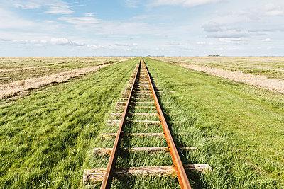 Gleise im Gras - p1085m876988 von David Carreno Hansen