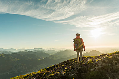 Austria, Salzkammergut, Hiker standing on summit, looking at view - p300m2013111 by Uwe Umstätter