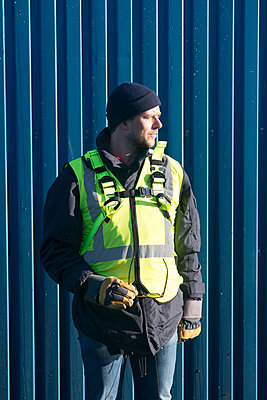 Worker standing next to container - p312m1472278 by Viktor Holm