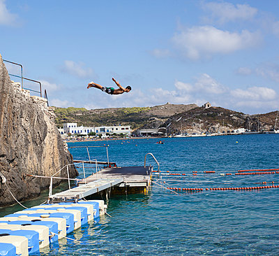 Jumping into the water - p828m970732 by souslesarbres