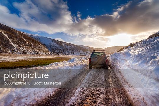 United Kingdom, Scotland, Highlands, road, off-road vehicle in winter - p300m2081473 by Scott Masterton
