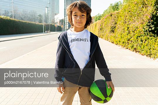 BARCELONA SPAIN, THE FUTURE IS FEMALE, KIDS FUTURE FEMINIST OUTDOOR BARCELONA  - p300m2167078 von Valentina Barreto