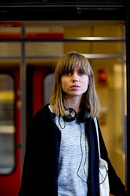 Junge Frau vor S-Bahn - Türe offen - close - p1212m1136971 von harry + lidy