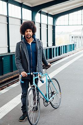 Junger Mann mit Rennrad wartet auf die U-Bahn - p1303m1125392 von Ansgar Schwarz