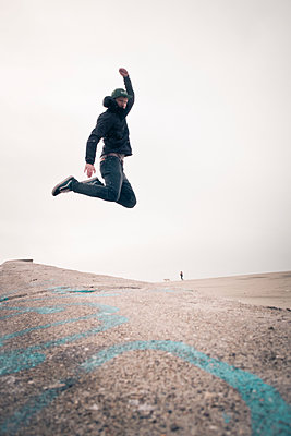 Jump off the wall - p795m1159966 by Janklein
