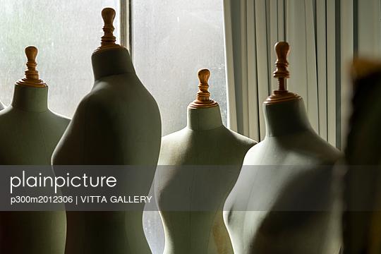 Dressmaker's models in fashion designer's studio - p300m2012306 von VITTA GALLERY