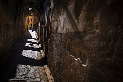 Person in narrow street at night - p1007m1216783 by Tilby Vattard