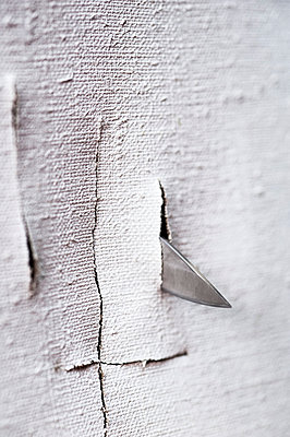 Knife cutting canvas - p971m947648 by Reilika Landen