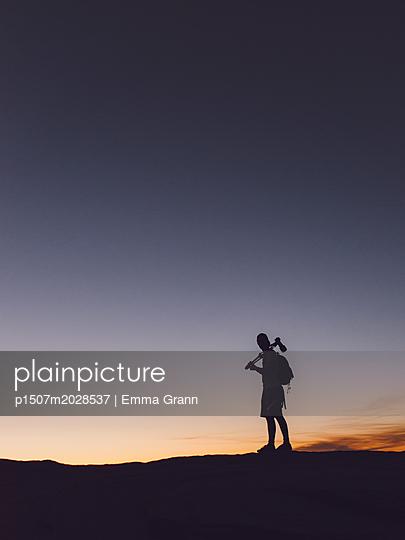 Silhouette von Mann - Horseshoe Bend - p1507m2028537 von Emma Grann