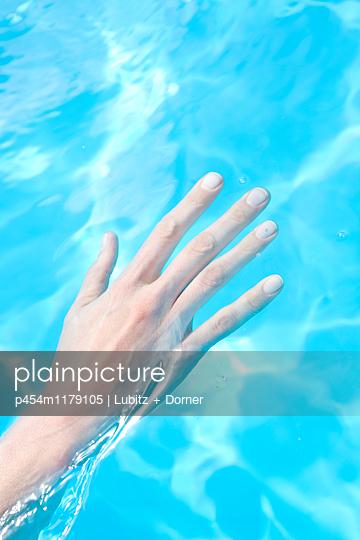 Cold water - p454m1179105 by Lubitz + Dorner