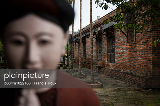 Perspective of a building behind a blurred statue in the Long Viet private park complex, Ba Vi - p934m1022168 by Francis Roux photography