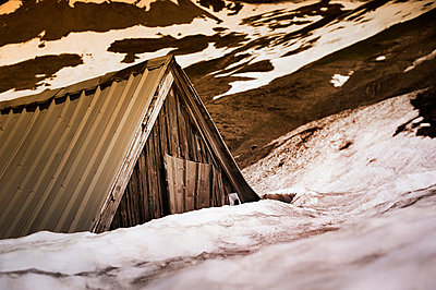Old shelter in the snow - p1007m853059 by Tilby Vattard