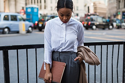 UK, London, businesswoman waiting on the street - p300m1581230 von Mauro Grigollo