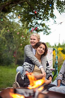 Girlfriends relaxing in the garden - p788m1165283 by Lisa Krechting