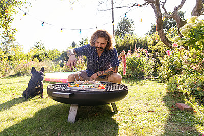 BBQ with dog - p788m2027457 by Lisa Krechting