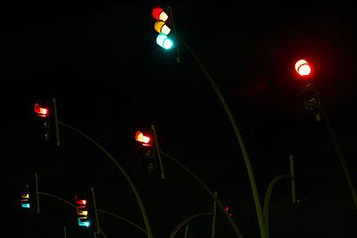 Ampeln bei Nacht - p913m1496726 von LPF