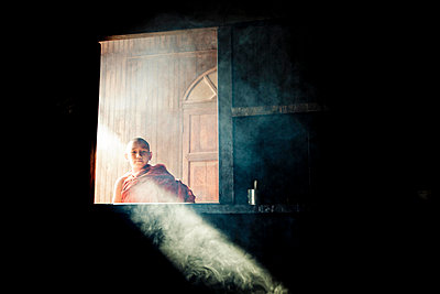 Young buddhist monks stands by a window in a monastery of Kalaw, Myanmar, Asia - p934m1177361 by Aidan Dockery
