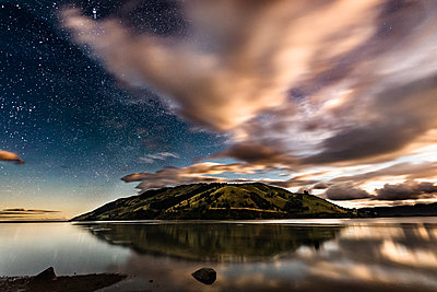 Scenic view of starry night sky over Pepin Island, New Zealand - p1166m2130668 by Cavan Images