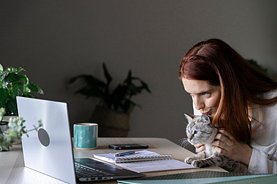 Barcelona, Spain. Young woman working from home office. Business, home, work, office - p300m2224909 von VITTA GALLERY