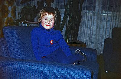 Junge in Strumphose und Rollkragenpulli auf der Couch DDR 1975 - p986m2163718 von Friedrich Kayser