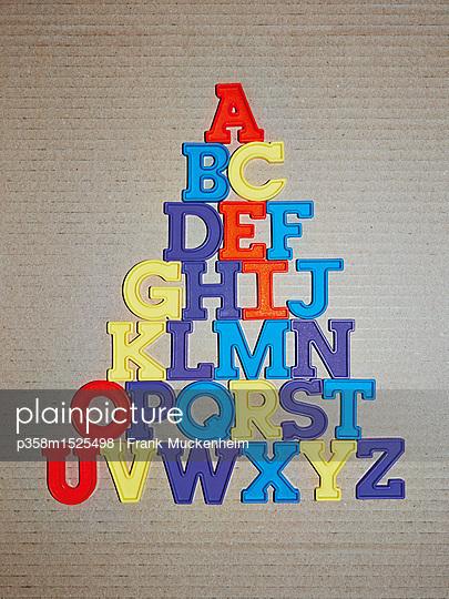 Das ABC als Buchstabenpyramide  - p358m1525498 von Frank Muckenheim