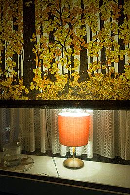 Fenster mit Rollo und Lampe - p1079m1552902 von Ulrich Mertens