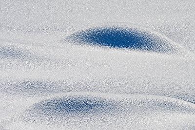 Kleine Hügel mit Schnee bedeckt - p1463m2228535 von Wolfgang Simlinger