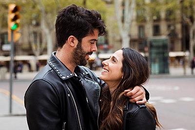 Spain, Barcelona, happy young couple hugging on the street - p300m2023899 von Mauro Grigollo