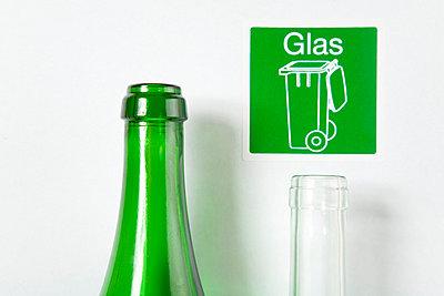 Zwei wieder verwertbare Glasflaschen - p4736766f von STOCK4B-RF