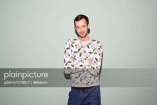 Junger Mann mit verschränkten Armen - p341m1216617 von Mikesch
