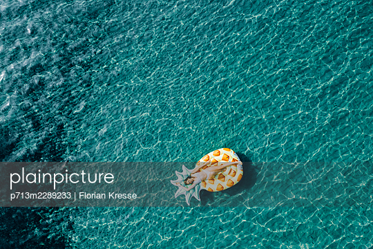 Woman on air mattress in the sea, drone photography - p713m2289233 by Florian Kresse