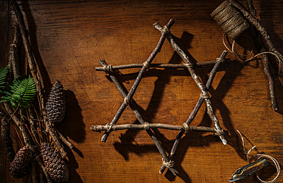 Pinecones and twig Star of David - p1427m2169136 by Tetra Images