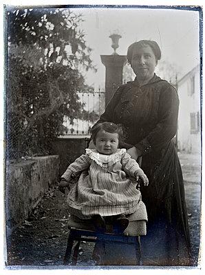 Altes Familienfoto Mutter mit Tochter  - p265m1424814 von Oote Boe