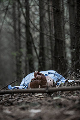 Woman lying in the forest - p427m944793 by Ralf Mohr