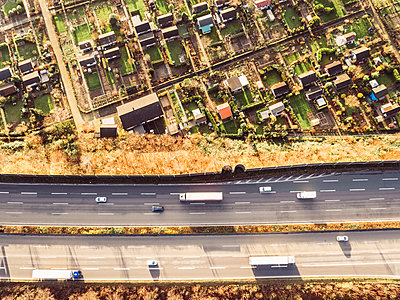 Autobahn neben Schrebergärten, Luftaufnahme - p586m1092046 von Kniel Synnatzschke