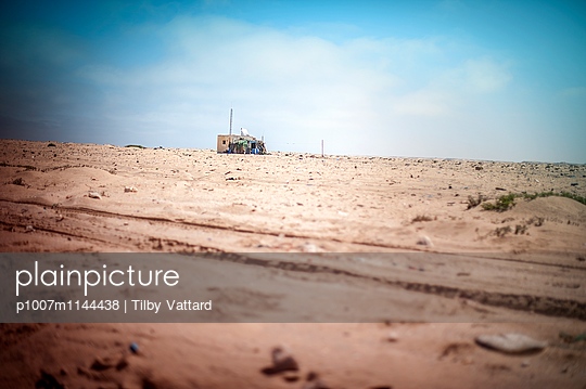 Small house in the desert - p1007m1144438 by Tilby Vattard