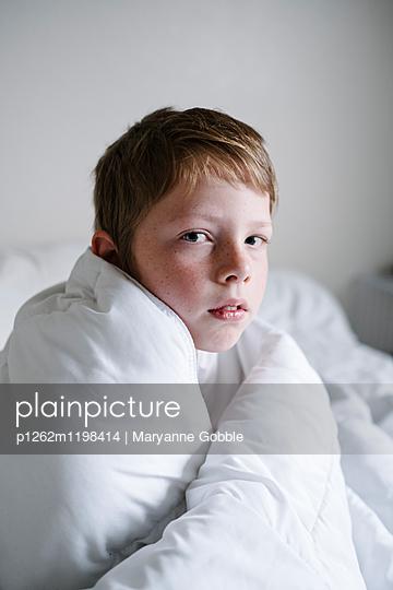 Junge im Bett - p1262m1198414 von Maryanne Gobble