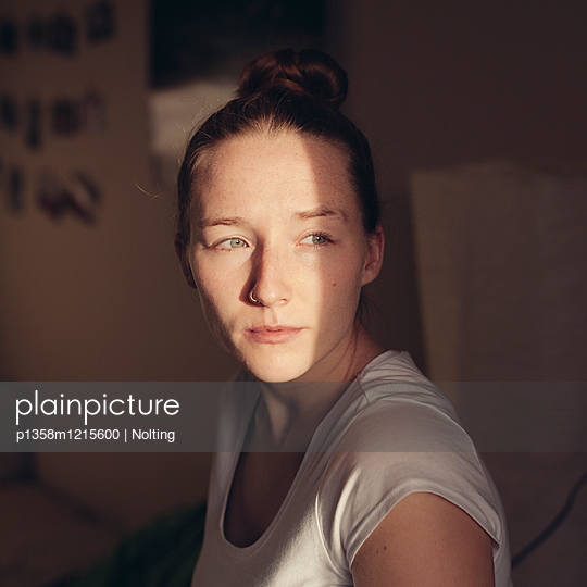 Junge Frau mit Piercing, Portrait - p1358m1215600 von Nolting