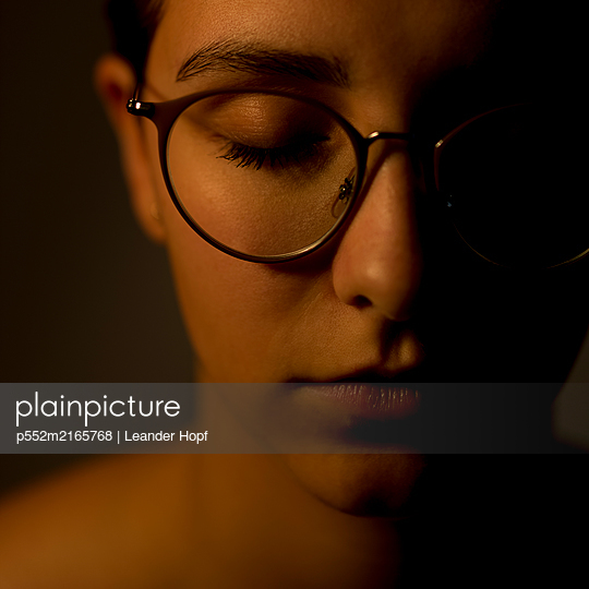 Young woman with glasses - p552m2165768 by Leander Hopf