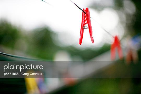 Rote Wäscheklammer - p5671963 von Greg Conraux