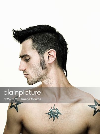 Man with tattoos - p9248271f by Image Source