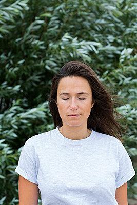 Portrait Frau mit geschlossenen Augen - p1114m1584267 von Carina Wendland