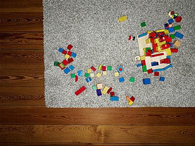 Building blocks on carpet in nursery - p1171m1540444 by SimonPuschmann