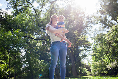 Mutter mit Sohn - p1308m1516553 von felice douglas