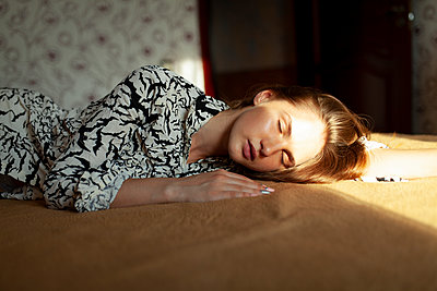 Young woman sleeping on bed - p1646m2237690 by Slava Chistyakov