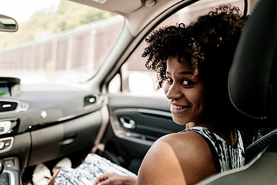 Portrait of smiling young woman in car - p300m1499579 by Kniel Synnatzschke